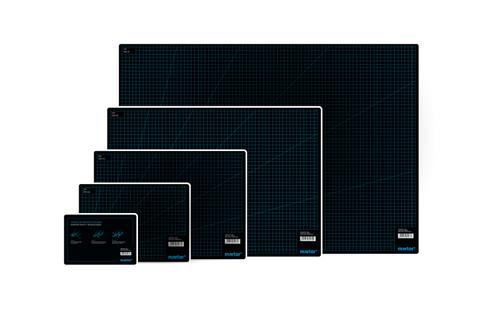 De MARTOR-snijmatten zijn verkrijgbaar in vijf formaten, van zeer groot tot zeer klein. Afhankelijk van de toepassing en de werkomgeving vindt u bij MARTOR dus altijd het juiste formaat.